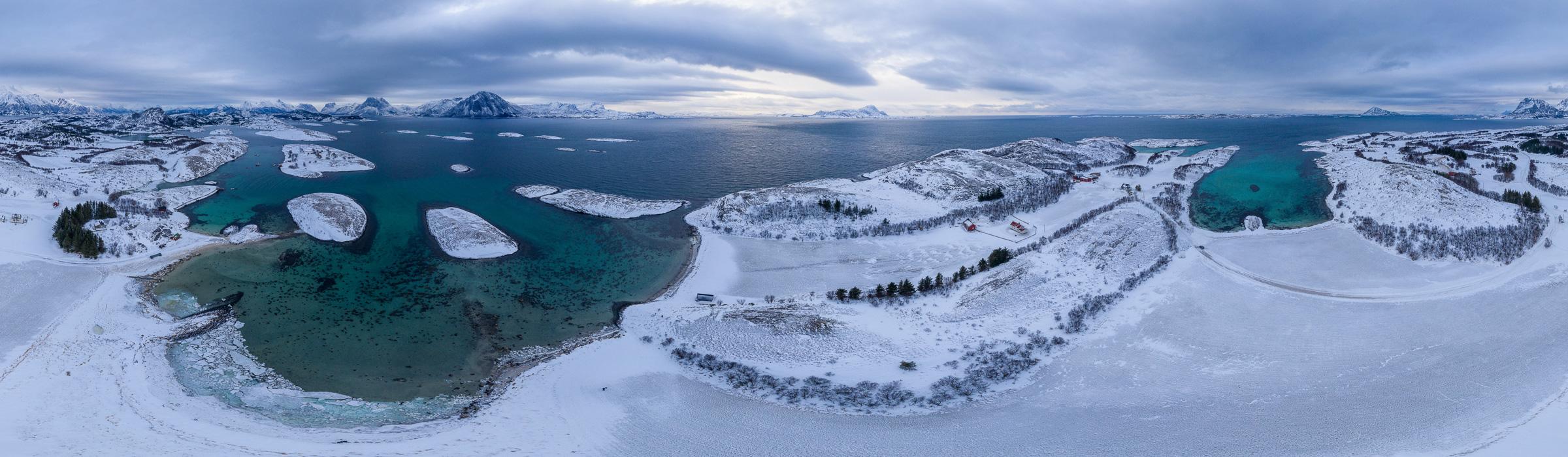 Drohnenpanorama über dem Fjord in Norwegen